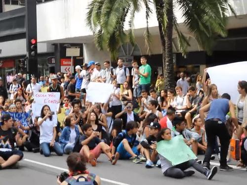 estudantes sentados gazeta 3_large